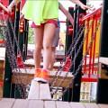 Dziewczynki idące po mostku zawieszonym na łańcuchach na placu zabaw w Karpaczu