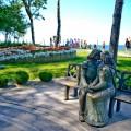 Pomnik Romea i Julii siedzacych na ławce, znajdujący sie w rewalskiej alei Zakochanych