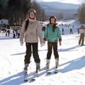 Dwie dziewczynki na nartach, a w tle stok narciarski Relaks