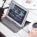tablet, tlefon komórkowy i filiżanka kawy na stole