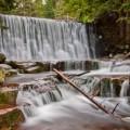 Dziki Wodospad w Karpaczu, skały, złamane gałęzie w spływającej kaskadowo w dół rzece