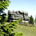Forma Skalna Kotki w otoczeni zieleni Karkonoszy