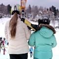 Dwie dziewczynki z nartami idą na stok